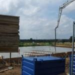 Bewehrungsstahl wird mit Beton übergossen