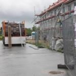 Bei der ersten Häuserzeile wird das Gerüst abgebaut