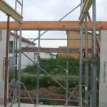 Vom Gerüst verbauter Blick aus unserem Wohnzimmer - was macht der Holzbalken über der Fensterfront?