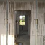 Der Beton der Decke hat sich seinen Weg bis in/auf die darunter liegenden Mauern gebahnt