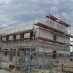 Nun ist auch das Dachgeschoss des anderen Endhauses fertig gemauert