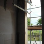 Fixierung für die Verschalung des tragenden Wandteils bei den Nachbarn reicht bis in unser Gäste-WC