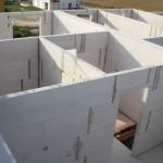 Links Bad, rechts Treppenhaus, vorne kleineres Zimmer, hinten größeres Zimmer