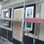 Provisorische Haustür und Rollladenkasten über dem Küchenfenster