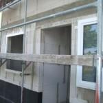 """Gäste-WC-Fenster ist schon komplett eingebaut, beim Küchenfenster """"nur"""" der Rahmen"""