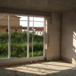 Dreckiges Wohnzimmer und schöne Fensterfront (noch ohne Scheiben)