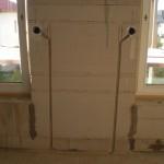 Zuleitung für die Rolladenschalter - etwas kunstvoll angebracht, statt senkrecht - warum auch immer