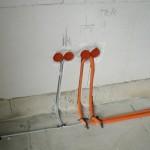 Teil der Elektroinstallation - die Medienleitungen (TV, Telefon + Internet) verlaufen zum Schutz der Leitungen in Leerrohren