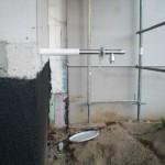 Außenwasserhahn seitlich hinter dem Haus - da kommt noch sehr viel Passivhaus-Dämmung zwischen.