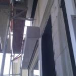 Beim Küchenfenster hingegen hängt der Rollladenkasten, aber es gibt noch keine Dämmung dahinter