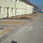 Vorgarten mit Stellplätzen und Zuwegung bei der ersten Häuserzeile