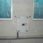 Heizkörper im kleineren Zimmer des OGs; die Fenster wurden von Außen bereits vor den Spritzputz-Arbeiten geschützt.