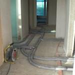Wasser- und Heizungsrohre schlängen sich durchs Erdgeschoss