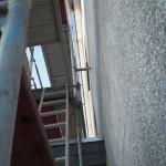 An der Giebelseite ist das Gerüst an einer Stelle noch mit der Wand verschraubt