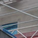 Oben rechts neben dem Fenster meine ich zu erkennen, dass hier vermutlich Dämmung entfernt worden war um den Rollladenstrom zu finden