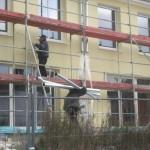 Fallrohre an der Haus-Rückseite werden angebracht