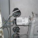 Dieses Thermostat muss noch angewinkelt vom Heizkörper weggeführt werden