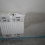Kondenswasser an der Wand neben dem WC-Heizkörper
