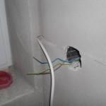 Das Kabel kommt wohl vom Rollladen - aber wieso ist es nicht hinter dem Putz?