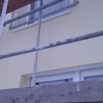 Vor den Garten-Fenstern in der ersten Etage wurden die Brüstungsgitter angebracht