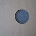 Durch ein Guckloch im Karton kann man die Farbe (anthrazit) erkennen