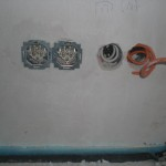 Links zwei Steckdosen, rechts Antennenkabel und Internet