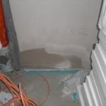 Nun geschlossenes Loch in der Giebelwand das Hauswirtschaftsraums, das durch die Leitungsdurchführung entstanden war