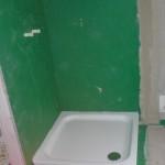 Duschtasse im Styroporblock vor abgedichteter Wand