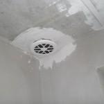 Deckenauslass der Lüftung (Abluft) im Bad - schon mit Filter, aber noch ohne Abdeckung
