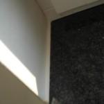Frisch vom Klebeband befreite Acrylfuge an der Fensterbank