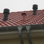 Scheinbar nicht richtig sitzend Dachpfanne beim Abwasserentlüftungsrohr