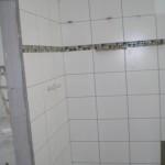 Im Bereich der Dusche lassen wir deckenhoch verfliesen, sonst 1,80m hoch.