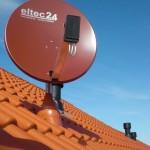 Satellitenschüssel aus Dachfenster-Perspektive