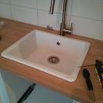 Installiertes Keramik-Spülbecken mitsamt Armatur (beides von IKEA)