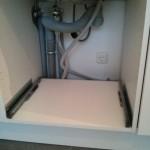 So sieht es unter dem Spülbecken aus - ziemlich eng.