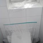 Vor Malerarbeiten geschutzte Gäste-Toilette