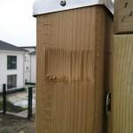 Beschädigung am Holzbalken, der als Halterung für den Sichtschutz dient