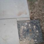 Terrassenplatte gebrochen - stattdessen wurde sie nun sauber geschnitten und in Einzelteilen gelegt