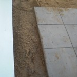 Außenplatten der Terrasse werden neu gesetzt
