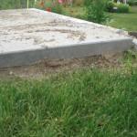 """Neu gelegte Gartenhaus-Stellfläche """"hängt"""" in der Luft, weil auch der Garten abgesackt ist."""