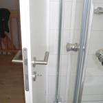 Im Badezimmer sollte lieber ein Türstopper angebracht werden... ;-)