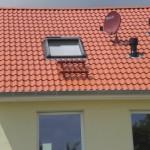 Dachfenster mit Kasten und Führungsschienen für die Außenmarkise