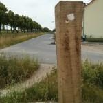 """Der jeweils """"untere"""" Pflock liegt genau auf einer Höhe mit der Grundstücksgrenze zur Straße"""