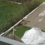 Für den letzten Pfosten musste die Steinplatte des Gartenhaus-Stellplatzes ausgehoben werden