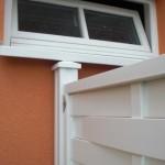 Maßarbeit unter der Fensterbank des Heizungsraumes - der Pfosten musste ein wenig gekürzt werden