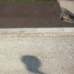 Eine kleine Schicht (aus Sand?) fehlt noch, um auf das Niveau zu kommen, um mit der Pflasterung zu beginnen