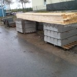 Holzbretter für Betonverschalung warten auf Nutzung