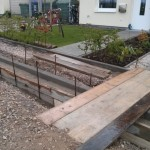 Zugang zum Haus über seitlich versetzte Holzplanken
