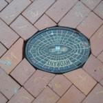 Nummerierte Steine um den Hydranten-Gully herum  - Stein 11 könnte besser sein. ;-)