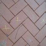 Markierte Steine mit Beschädigungen